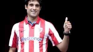 Xabi Etxeita en Ibaigane con la camiseta del Athletic.