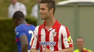 Kike Sola vestido de rojiblanco en la pretemporada del Athletic.