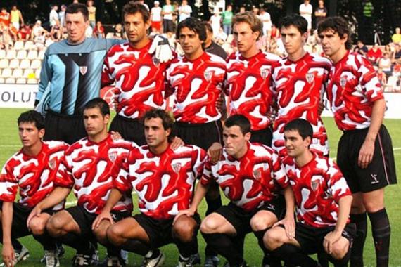 De pie, de izquierda a derecha: Lafuente, Urzaiz, Javi González, Murillo, Iraola y Karanka. Agachados: Bordas, Casas, Ezquerro, Orbaiz y Arriaga. Único once inicial que lució la camiseta de Urzay.