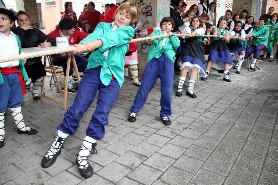 fiestas-basauri-2012-laguntasuna-txikis-sokatira-arantza