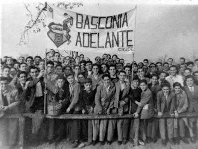 Aficionados del Basconia, animando al equipo.