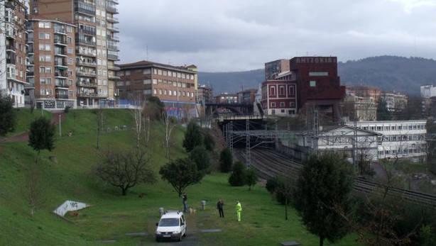 Vista de las vías de tren bajo la Trintxera. Foto: deia.com