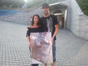 Los basauritarras Estitxu y Luisma, posando con el cartel ganador de las fiestas de Basauri