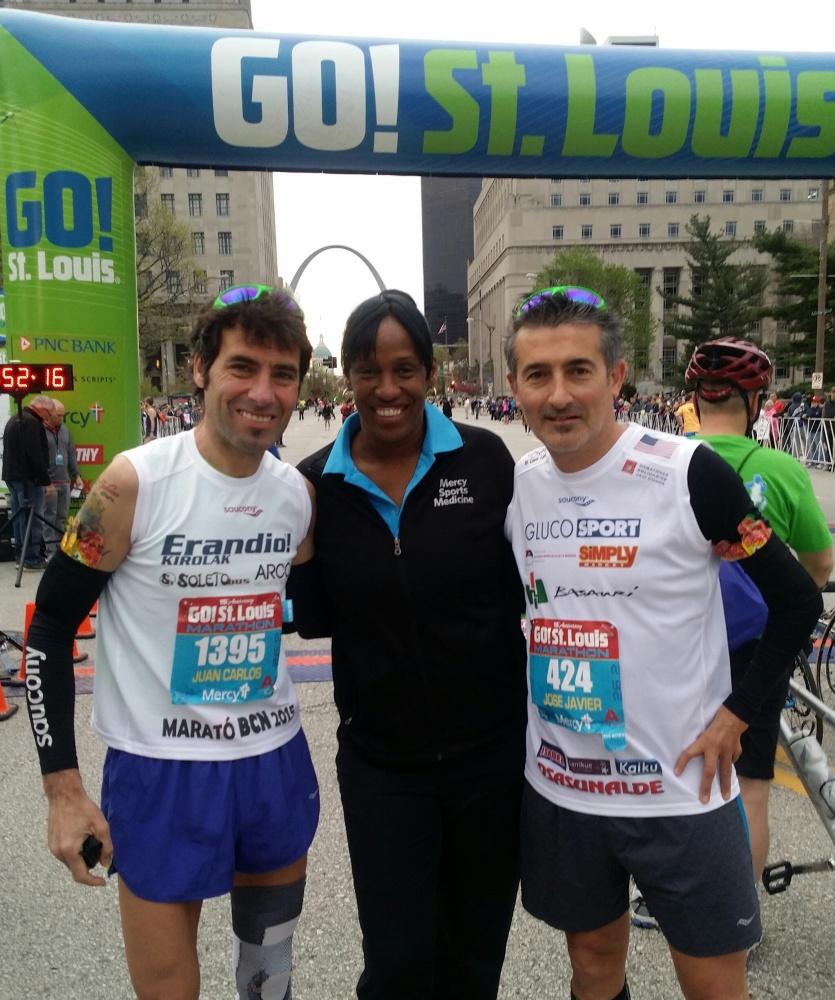 Jon Salvador, Javi Conde y la  ganadora de 6 medallas en juegos olimpicos y ex-recordwoman de longitud y heptalon Jackie Joyner-Kersee.