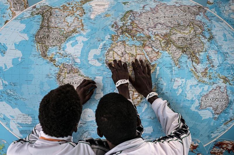 Dos refugiados observan un mapa. Imagen de archivo: EiTB