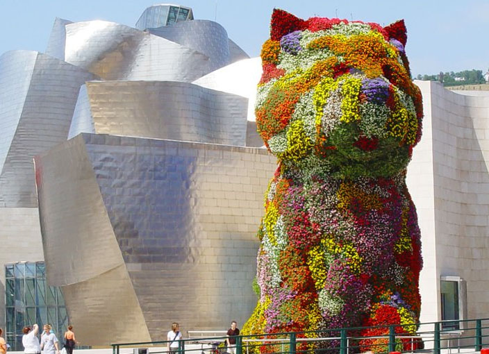 """Hermosa imagen de Puppy, en primer plano, """"custodiando"""" el Museo Guggenheim."""