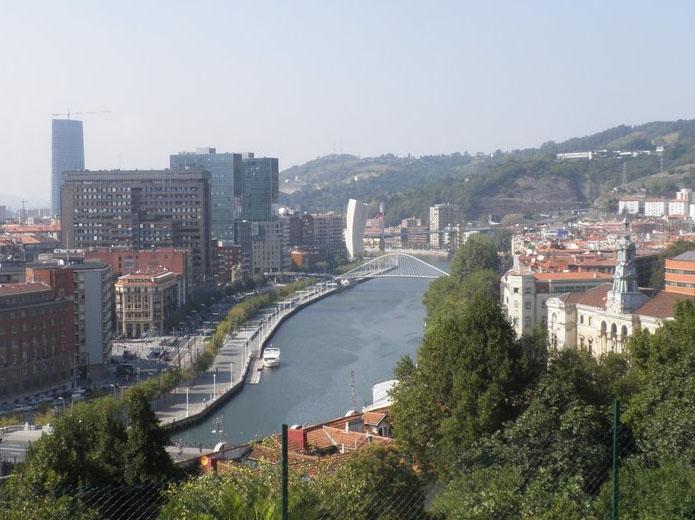 Bella imagen de Bilbao, con el paseo de Uribitarte a la izquierda y la pasarela de Calatrava sobre la Ría.