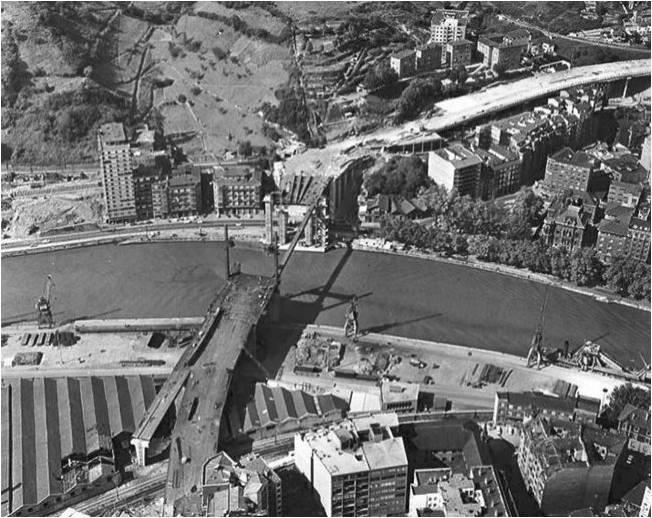Benigno acercó al muro varios retazos de historia de Bilbao, como esta instantánea del puente de La Salve en plena construcción.
