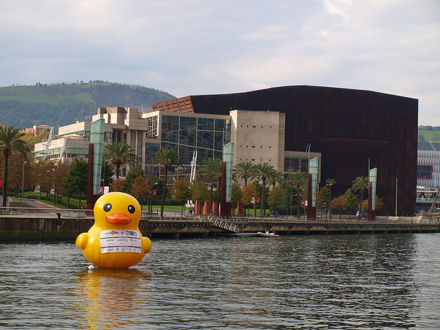 Haz click sobre la imagen, que es de Udane Errasti... y verás lo que es un patito de goma de Bilbao.