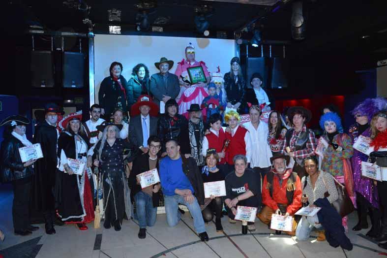 Ahí están, todos los premiados, con sus respectivos galardones... Qué foto... Cuánto Bilbao hay en ella...