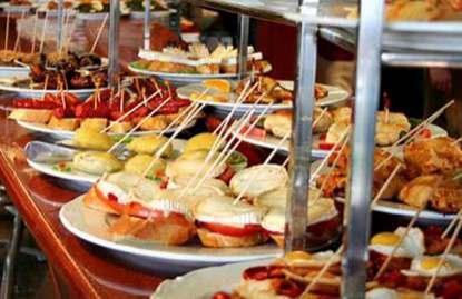 Foto: Es la barra del bar El Globo, de Bilbao, pero nos sirve como ejemplo para el excelente nivel que hay en la ciudad para ir de pintxos. Foto: friendlyrentals.com.
