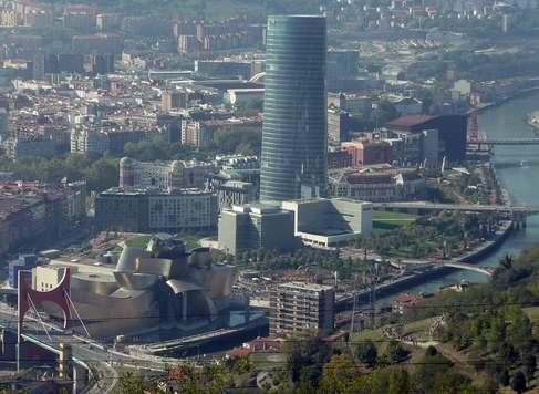 La Torre Iberdrola domina el paisaje de Bilbao desde cualquier punto de la ciudad. Esta imagen de Santos Turiño así lo atestigua.