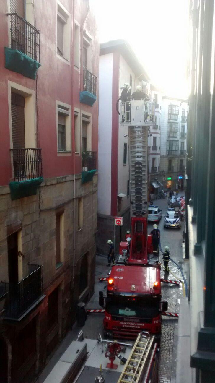 Bomberos en un incendio del casco viejo de Bilbao