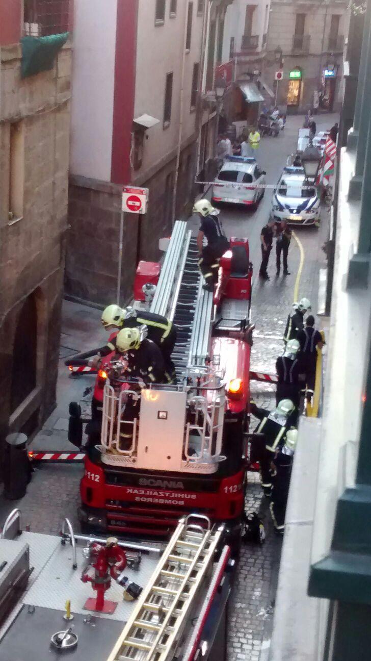 Bomberos en un incendio del casco antiguo de Bilbao. Foto: Alain Ibarra