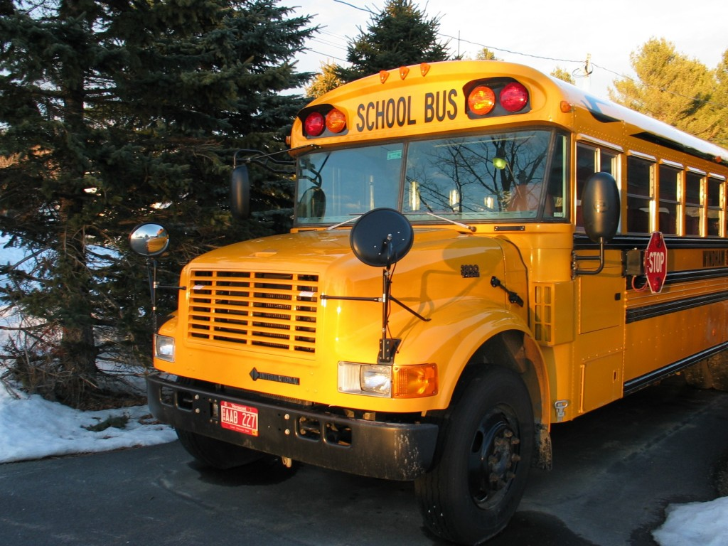 School_bus_zoom_in_front 2