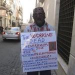Un hombre denuncia su desempleo disfrazado de zombi