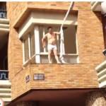 Mujer discute con su marido mientras su amante escapa medio desnudo por la ventana (video)