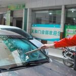 Un condón usado le rompe el parabrisas del coche