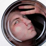 Hombre desnudo queda atrapado en la lavadora cuando quería sorprender a su novia