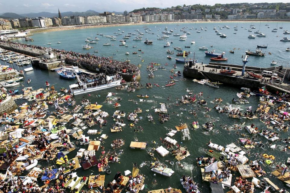 Imagen del abordaje pirata de 2012 en las aguas de la Concha. eitb.com.