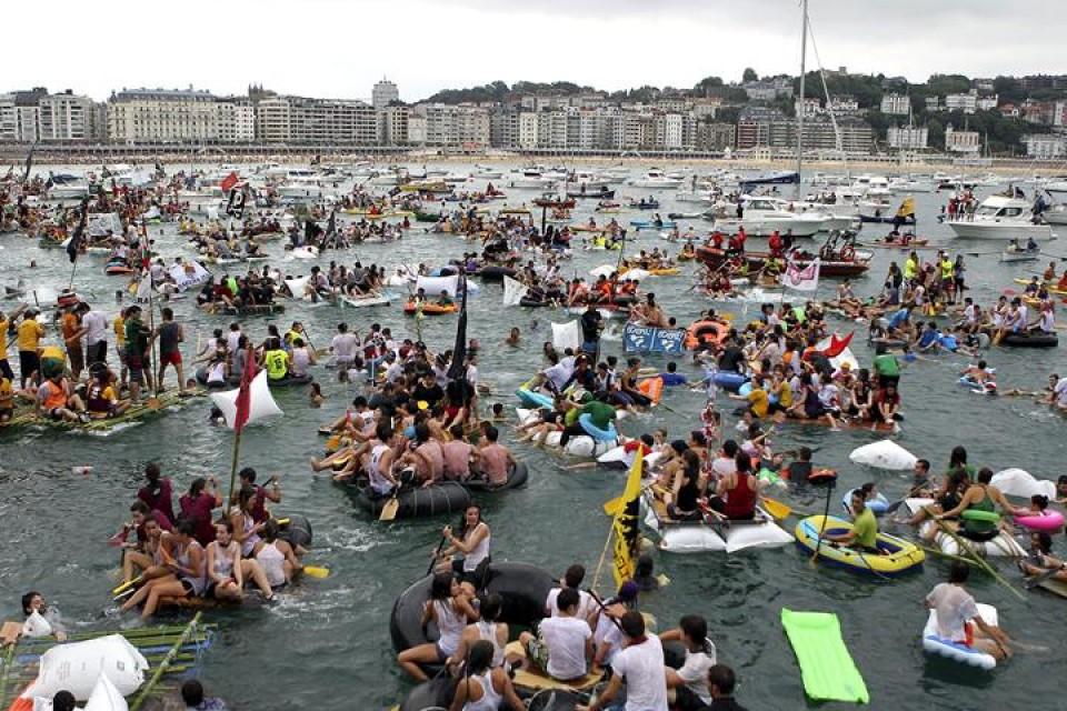 Abordaje pirata 2013. Miles de jóvenes participan en el día de los piratas. Foto: Efe.
