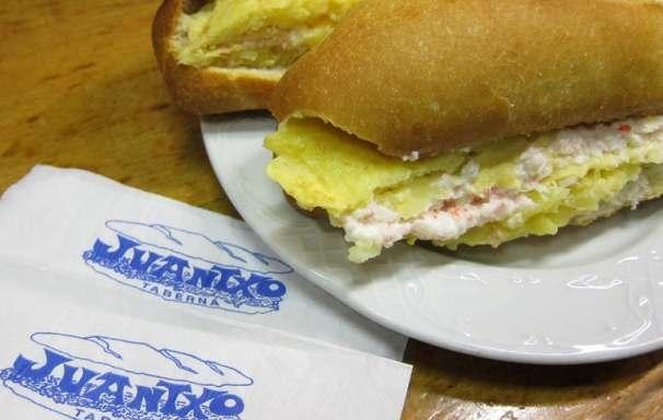 Bocadillo de tortilla de patata del bar Juantxo. Foto: kulturaldia.com