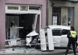 Un coche se empotra contra una tienda en el barrio de Egia. Foto: EFE