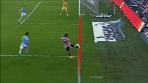 Es difícil saber si el balón supera la línea de fondo