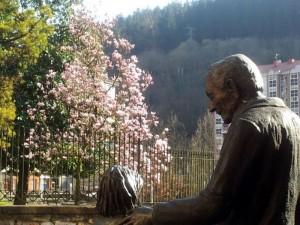 Don Teodoro, con el árbol de los pispillus al fondo; Maria Luisa Mandiola firma esta fotografía, que es la ganadora de nuestro concurso.