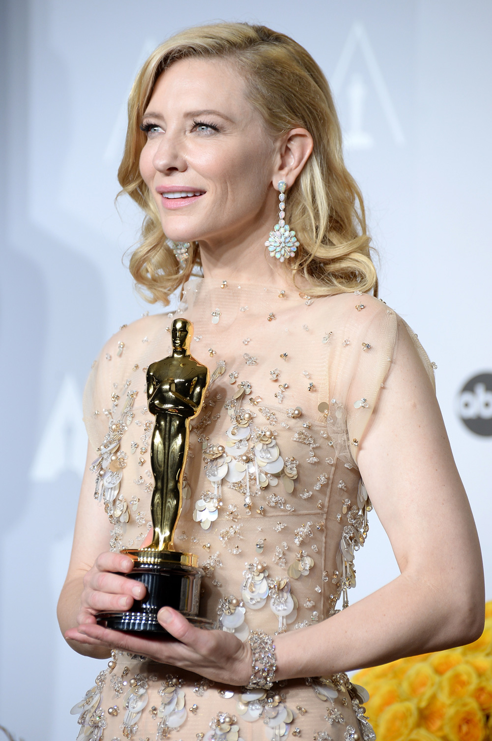 Cate-Blanchett-with-Oscar-wearing-Chopard-2