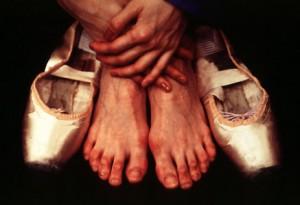 antes de juzgarme… ponte mis zapatos, recorre mi camino, vive mis penas, mis dudas, mis risas, alegrías… y después… juzga