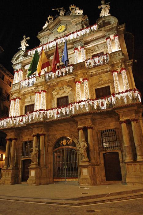 Fachada navideña iluminada del Ayuntamiento de Pamplona