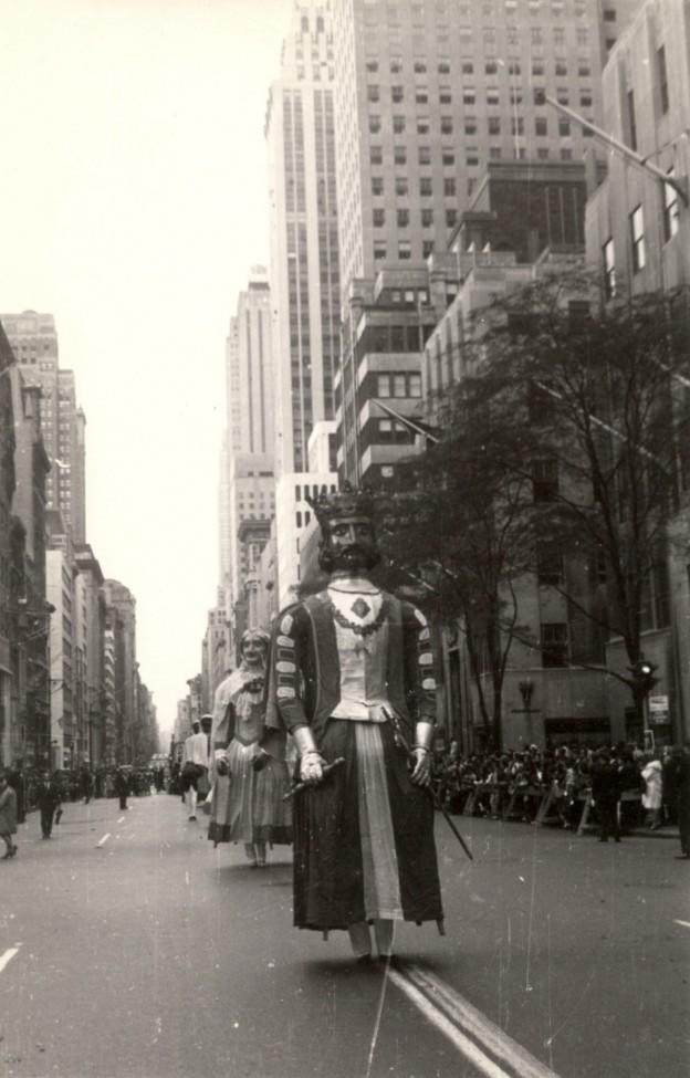 Gigantes de Pamplona desfilando en la 5ª Avenida de Nueva York en 1965  Foto: news.sanfermin.com