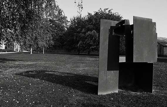 Escultura Gudari de jorge Oteiza. Foto: Guia de escultura urbana del Ayuntamiento de Pamplona.