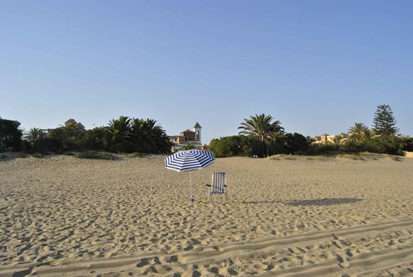 Foto de sombrilla en la playa