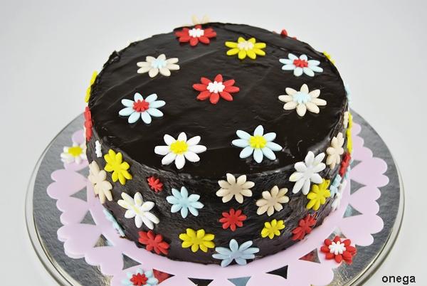 tarta-de-chocolate-con-flores-en-fondant