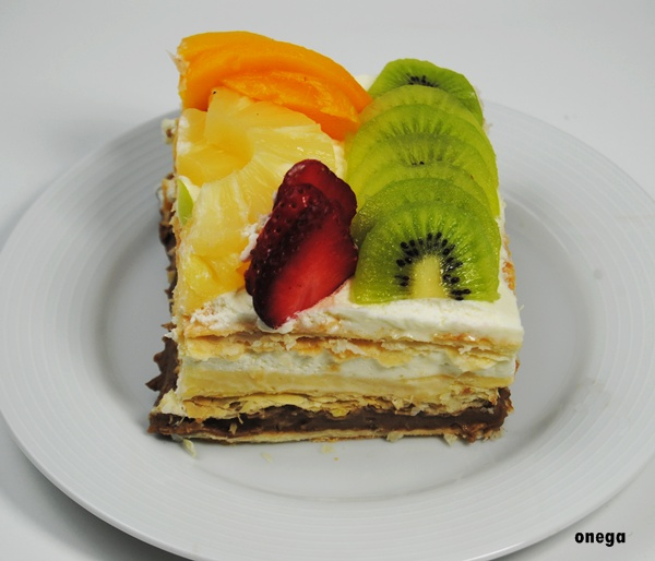 corte-tarta-de-hojaldre-y-frutas.1JPG