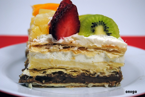 corte-tarta-de-hojaldre-y-frutas