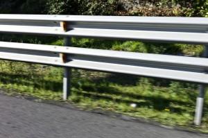 Guardarraíles colocados en septiembre de 2014 el la A-8 en el tramo de Cruces, dirección Bilbao. ¿A quién protegen ? A los motoristas no, desde luego