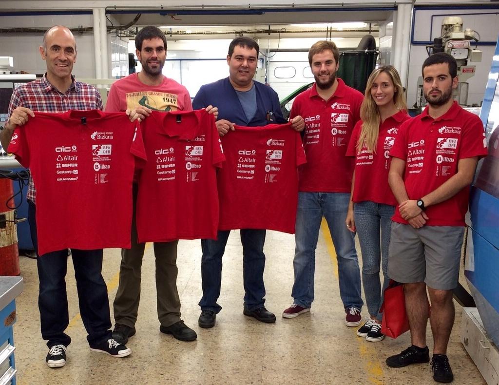 Iñigo Señorans, Cristina Gutierrez y Jon Altuna junto con varios miembros del CMFP-Llodio