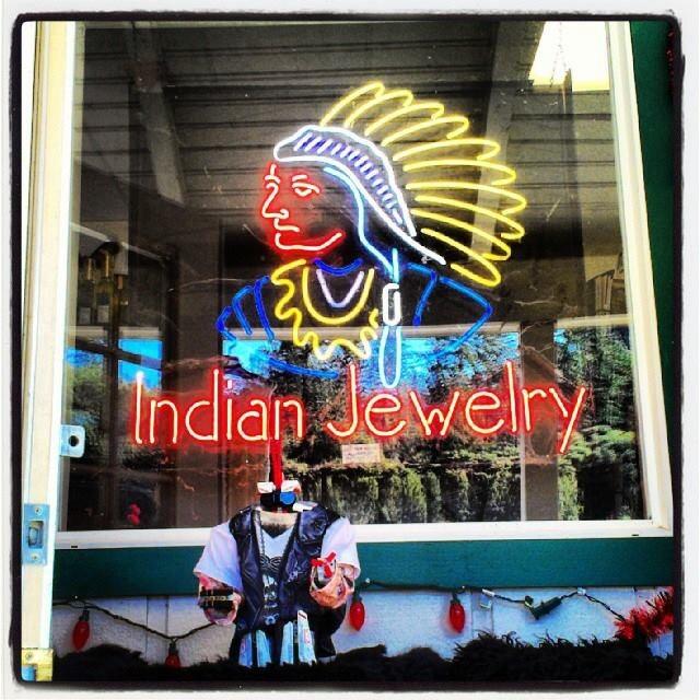Tienda con joyas artesanales realizadas por los indios de Norteamérica
