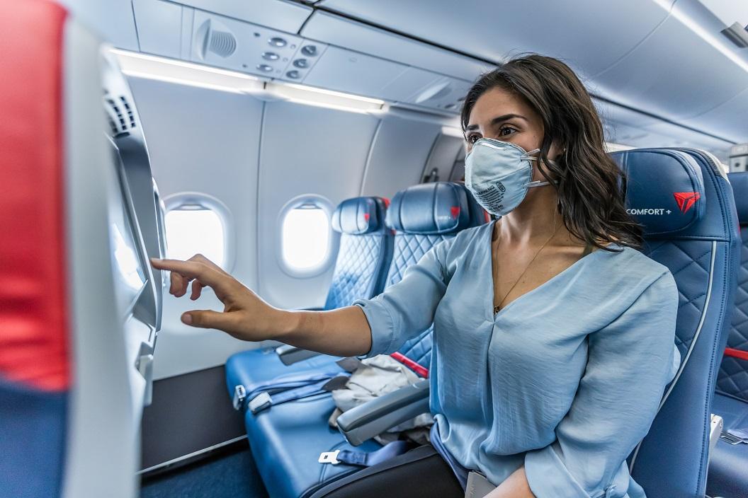 Delta, la única línea aérea de EE.UU. que bloquea los asientos del medio y limita la capacidad a bordo hasta el 30 de marzo de 2021