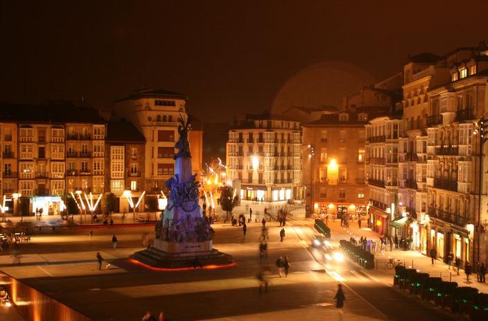 Iñigo Lanzagorta obtuvo esta imagen tan hermosa de la Plaza de la Virgen Blanca... y ahora es la imagen de nuestro blog.