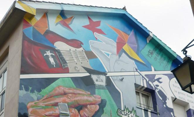 Mural 'Eskuz esku zapatería' sita en la calle Zapateria de Vitoria. Foto: muralismopublico.com