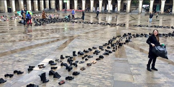 6.000 zapatos en la Plaza de la Virgen Blanca. Foto: El Mirador de Radio Vitoria