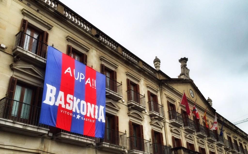 Bandera del Baskonia en la fachada del ayuntamiento de Gasteiz. Foto: vitoria-gasteiz.org