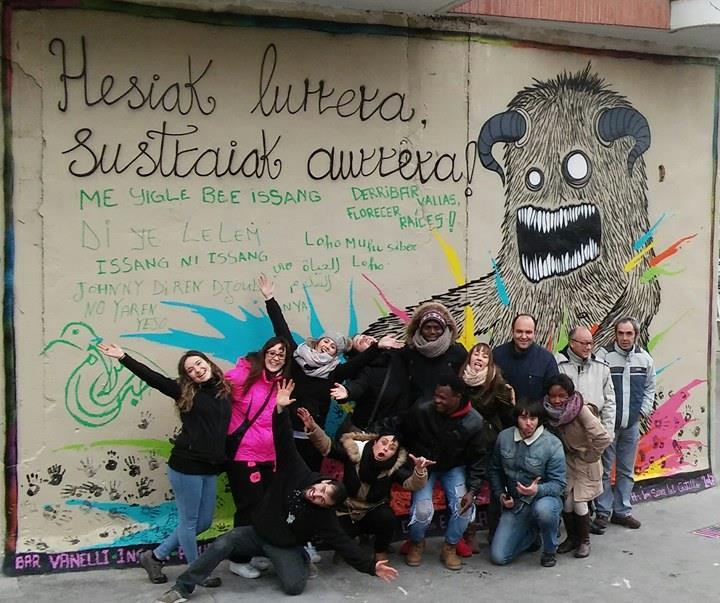 Mural 'Hesiak lurrera, sustraiak aurrera!'. Foto: Olga Nana.