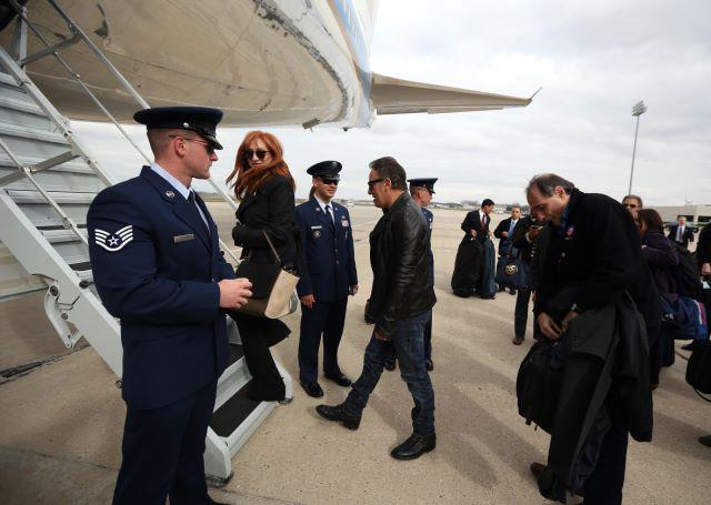 Bruce y Pati entrando en el Air Force One
