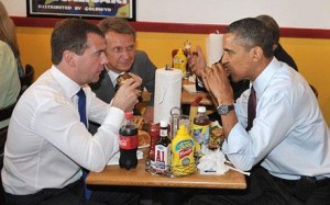 Medvédev y Obama comparten una hamburguesa (Reuters).